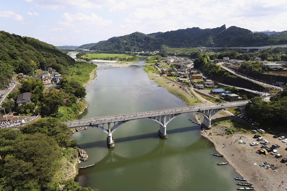 主车群通过OguraBashi桥。
