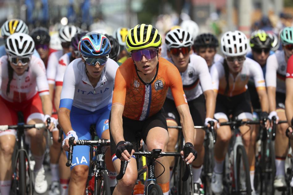 荷兰选手范费罗腾与其他选手在骑行中。