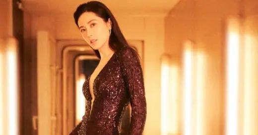 穿着一袭紫色亮片连衣裙,细腰长腿抢眼又抢镜