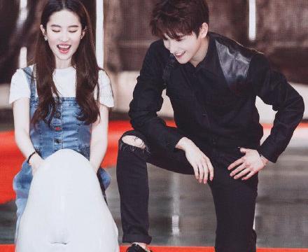刘亦菲和杨洋旧照,好像霸道总裁带着他的小娇妻玩耍太有爱了!