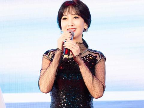 """赵雅芝明明是""""奶奶""""年龄,穿亮片连衣裙高级时髦,减龄又大气"""
