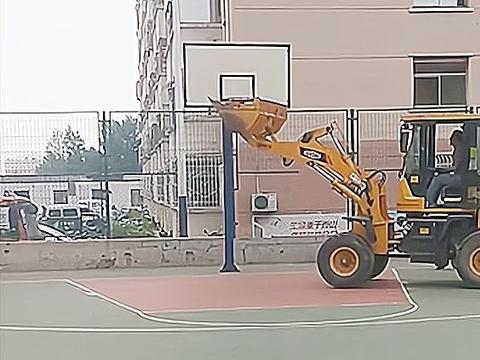 山西广场舞大妈嫌打篮球吵,找来铲车将篮球框掰弯,孩子满脸委屈