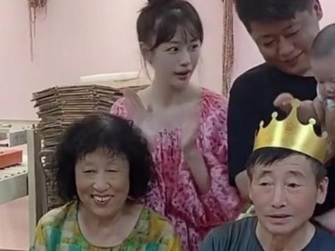 乡爱谢永强为父庆生,场面温馨暖人,小12岁娇妻颜值不输王小蒙