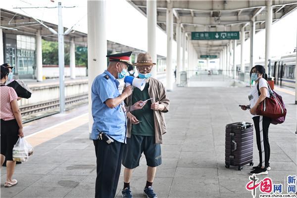 中国发布丨即将退休的59岁客运员最后一个暑运:铁路像家一样,舍不得离开