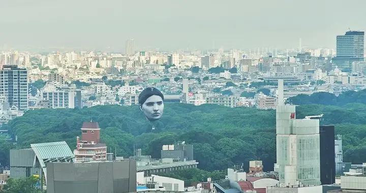漂浮在东京上空的巨型人头,源于一个女孩的梦境