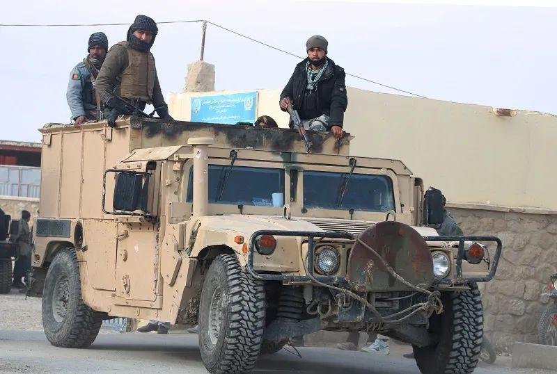 ▲资料图片:阿富汗北部朱兹詹省的法伊兹阿巴德地区,士兵乘坐军车巡逻。(新华社)