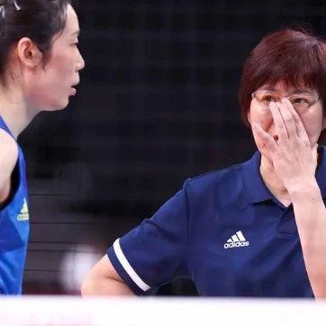 中国女排两连败!郎平:她带伤也要坚持!一个细节令人揪心→