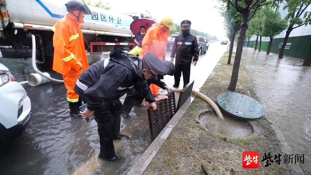 """记者追""""风""""亲历:路面积水到小腿,城管队员忙得雨靴里灌满了水"""