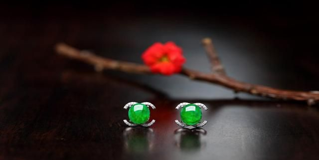 翡翠具有很多颜色,不要再沉迷于绿色,尝试一下其他风格