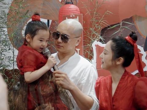 苏小玎片场送美食为董璇应援,小11岁男友在身后乖巧跟随