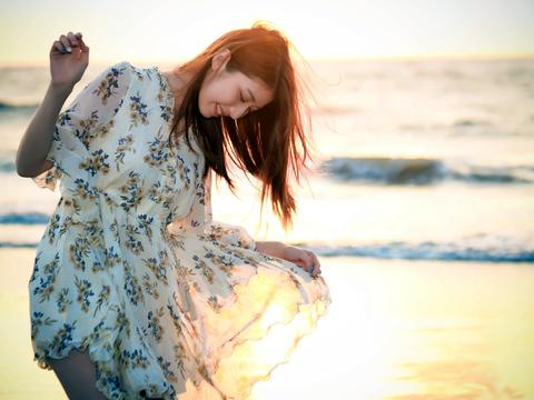 碎花连衣裙给人一种端庄优雅的感觉,穿上十分彰显女性的气质