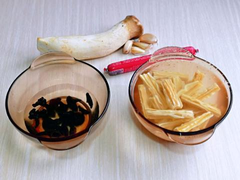 木耳和腐竹搭配一起炒,营养又鲜美,清新爽口又解腻,太好吃了
