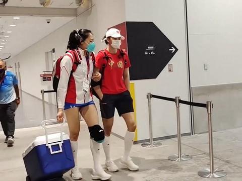 中国女排最新实拍照曝光,郎平表情严肃,球员们脸色凝重走出球馆
