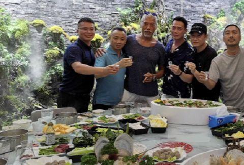 陈小春谢天华海南聚会,张耀扬吴启华也在,吃海鲜大餐坐游艇出游