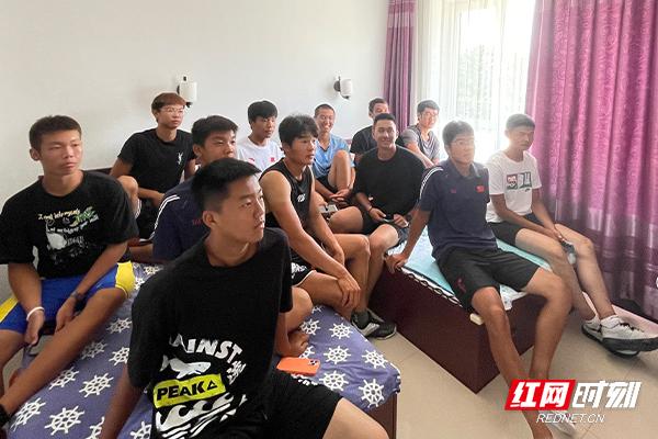 多图|在丹东集训的湖南赛艇队集体观赛,为张亮伊绪帝王宇微加油