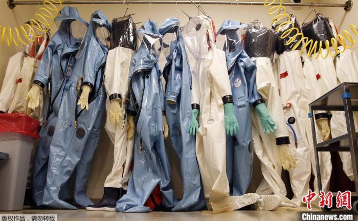 资料图:美国马里兰州德特里克堡的美国陆军传染病医学研究所实验室中,悬挂着隔离服。