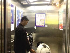 """电梯里装""""阻车器"""" 小区里建充电车棚"""