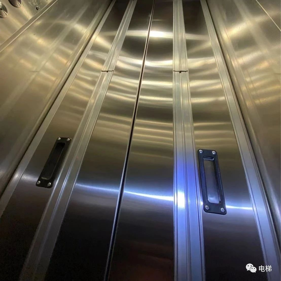 罕见:公共汽车门电梯