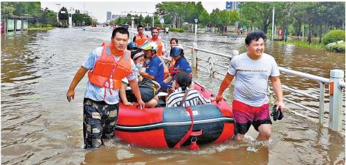 图片新闻 河南卫辉:风雨同舟 安危与共
