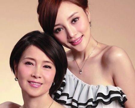 李小璐妈妈面容虽老,但气质依旧在,搭上粉色披肩优雅且大气