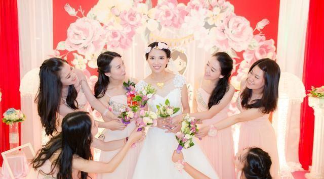 婚礼现场,双方父母因为彩礼争吵起来,新娘提婚纱逃跑