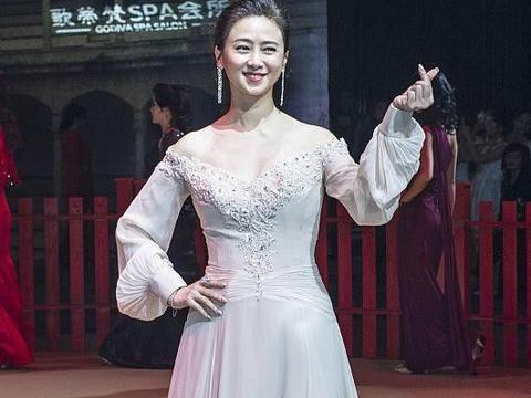 翁虹的气质看着还挺高级的,可是礼裙穿得挺普通,显不出身材优势