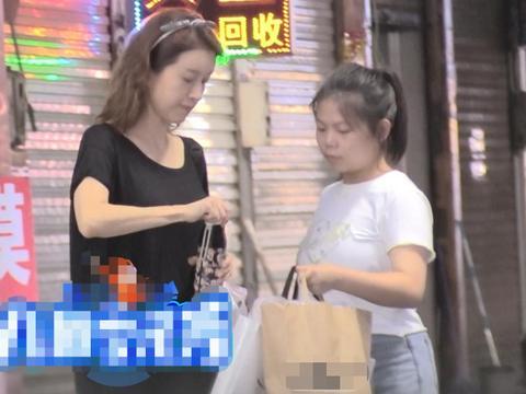 金巧巧夜市扫货被偷拍,手臂纤细比助理瘦一圈,买国产品牌接地气