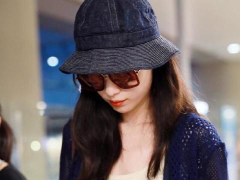 33岁倪妮时髦走机场,穿少女背带裤简约却不简单,让人十分动心