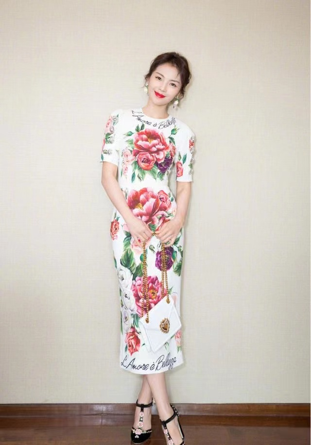 """刘涛气质越来越好,穿""""牡丹花""""连衣裙也不俗气,意外有了阔太范"""