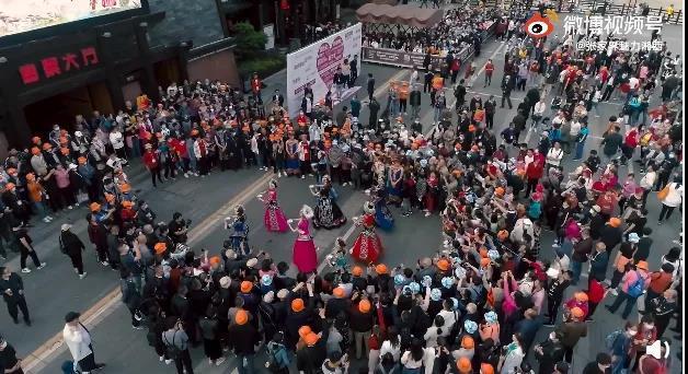 視頻截圖:魅力湘西演出現場。 圖片來源:張家界魅力湘西官方微博