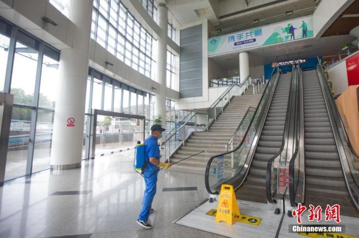 7月27日,南京汽車客運站內,工作人員正在消殺。 中新社記者 泱波 攝