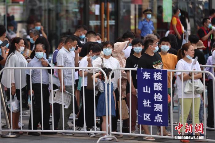 7月21日,江蘇省南京市,市民在江寧區一大型商場外設置的核酸檢測點排隊進行核酸檢測。中新社記者 泱波 攝