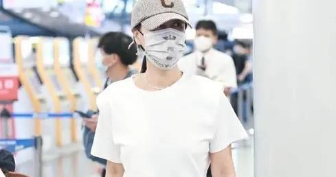 实力派歌手的那英气质出众,身穿白T恤搭配五分裤,减龄洋气