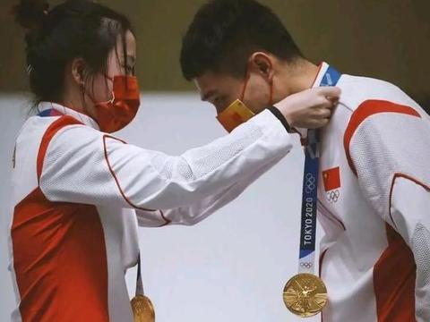 不仅成奥运00后首位双冠王,还带火幸运发夹