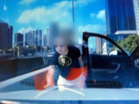 成都一路怒司机高架桥上别停车辆,接交警电话拒不配合,被找到行拘