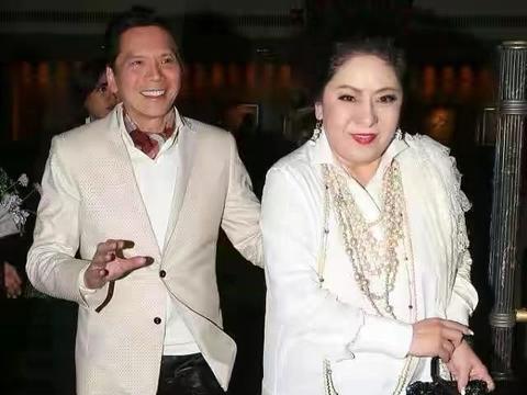 向太真没法低调,穿白衬衫挂一大堆珍珠项链,一看就是高级贵妇