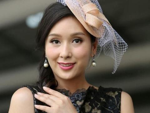 杨恭如一点不显老,穿黑色复古蕾丝裙,戴土气头纱气质照样甜美