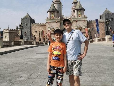 蔡国庆10岁儿子模仿爸爸太爆笑!父子身高仅差半头,网友:太像了