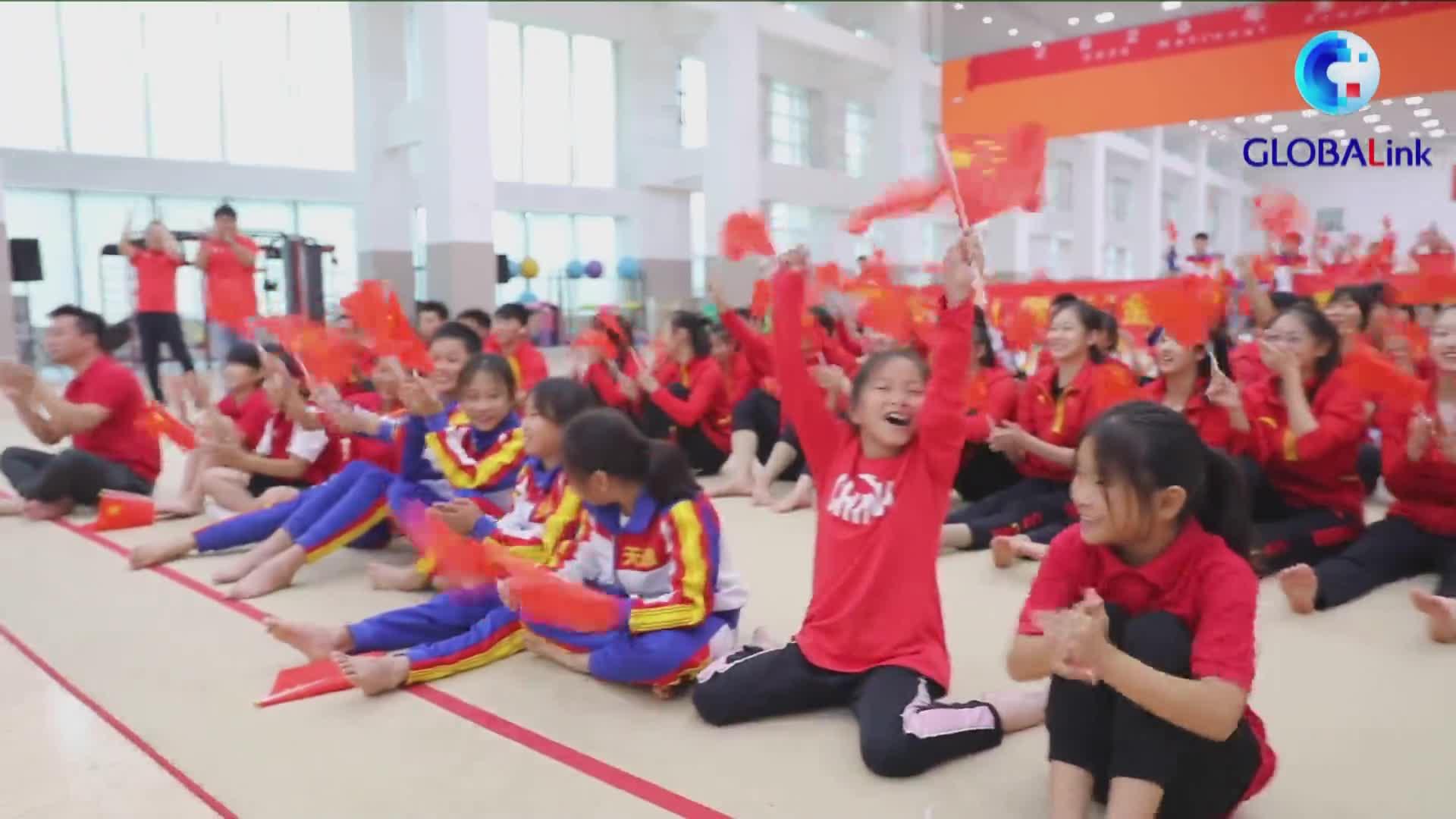 全球连线|朱雪莹蹦床夺冠 所在天津队教练队友为她喝彩