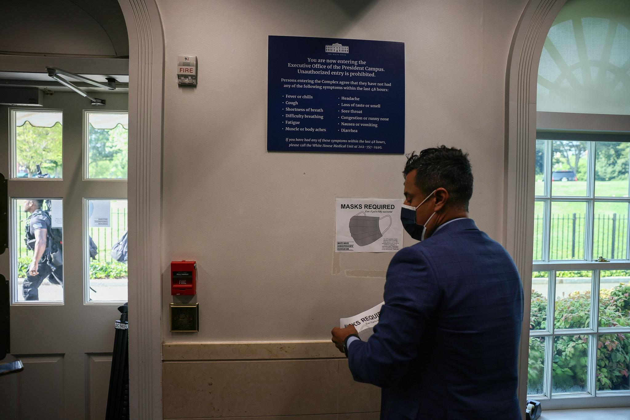 当地时间7月27日,工作人员在白宫张贴佩戴口罩的告示 图源:视觉中国