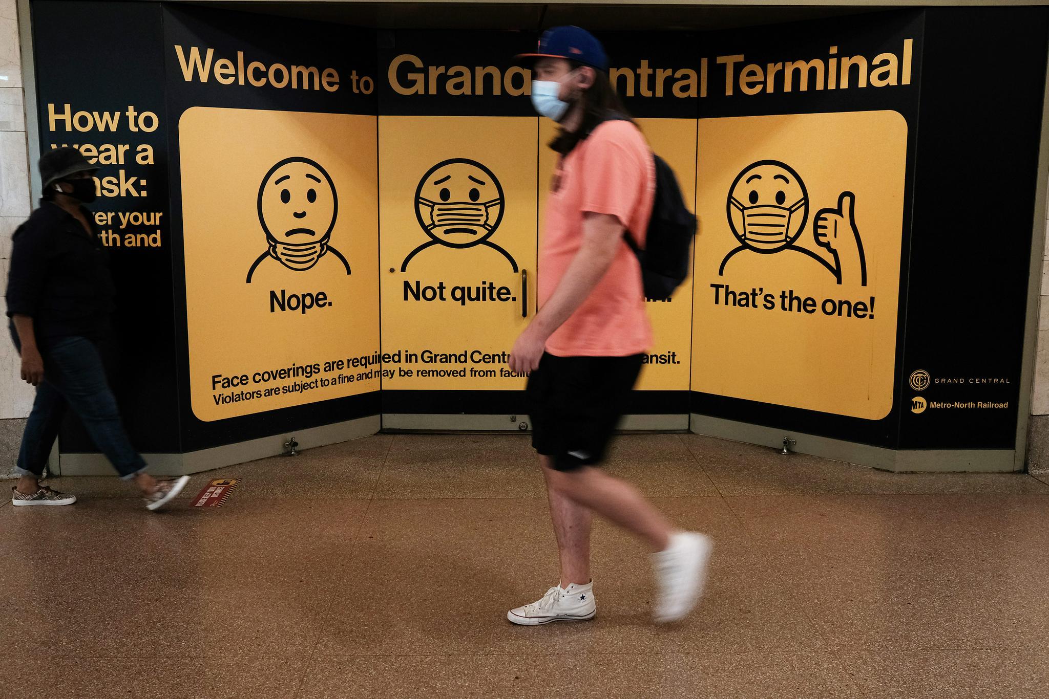 当地时间7月27日,美国纽约,当地民众佩戴口罩出行 图源:视觉中国