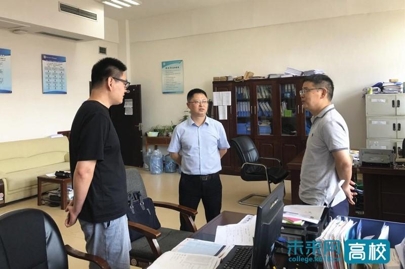 贵州财经大学校长检查学校2021年招生录取现场