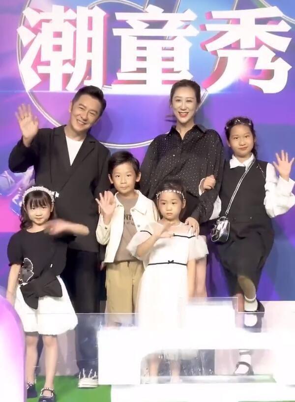 陈浩民一家六口走秀,36岁娇妻腰细腿长像超模,四个娃都是高颜值