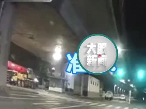 """十字路口男子驾车等红绿灯,左侧汽车瞬间""""踩脸""""跑路"""