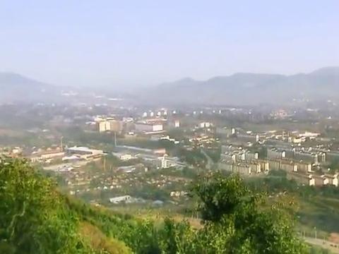 """山东淄博八陡镇,因八个大的陡坡而得名,有两匹残破的""""回头马"""""""