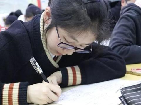 """高考过后才明白,""""重点班""""VS""""平行班""""的差距,不是一星半点"""