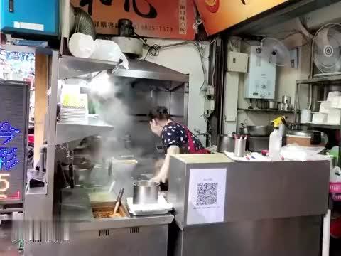 品尝台北泰式美食,红咖喱鸡肉饭和椒麻鸡,口味独特,确实好吃