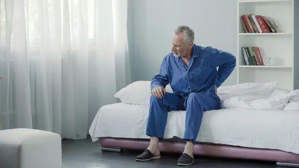 睡觉时一个常见表现是癌来临的信号!中老年人最易被盯上,不是打呼噜