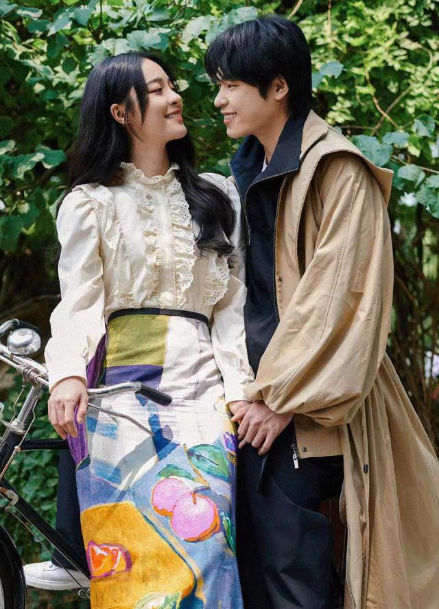 28岁李莎旻子官宣恋情,晒比心图告白,和男友登恋爱综艺好般配
