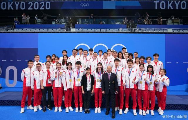 中国游泳队最新合照曝光,4枚奖牌得主稳站C位超显眼